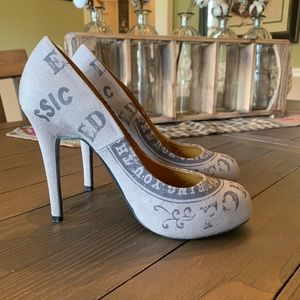 Ed Hardy canvas signature pumps in tan/grey
